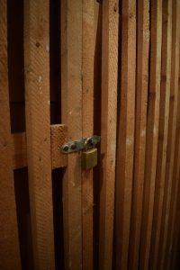 Kellerabteil mit Vorhängeschloss.